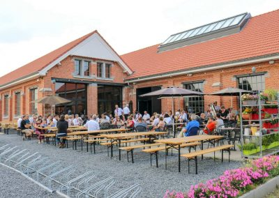 bezoekers-terras-grand-café-remise