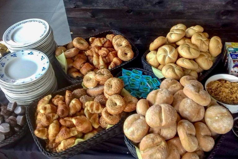 Vers afgebakken broodjes in het ontbijtbuffet