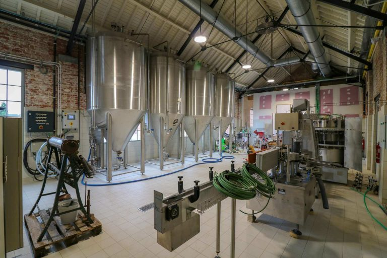 Brouwerij en bottelarij met vier gistingtanks en een afvullijn voor flessen