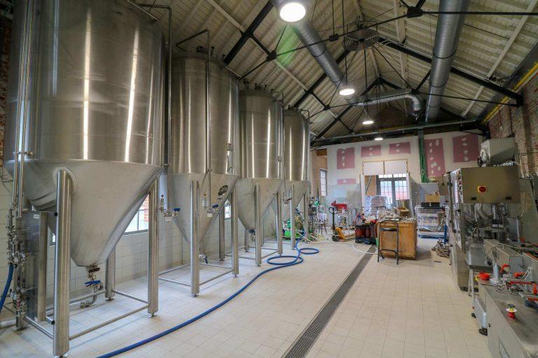 Overzicht van de ambachtelijke brouwerij en bottelarij