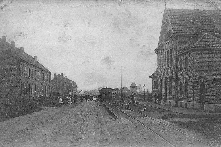 Historisch straatbeeld van Koersel met het tram station aan de rechterkant