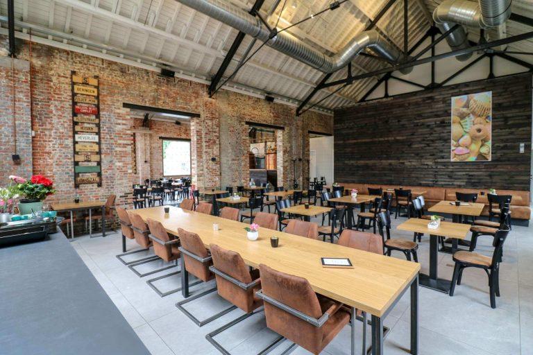 Het ruime interieur van Remise Grand Café