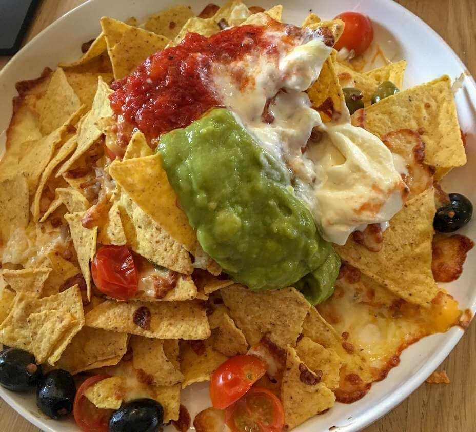 Nachos met guacamole, salsan room en olijven