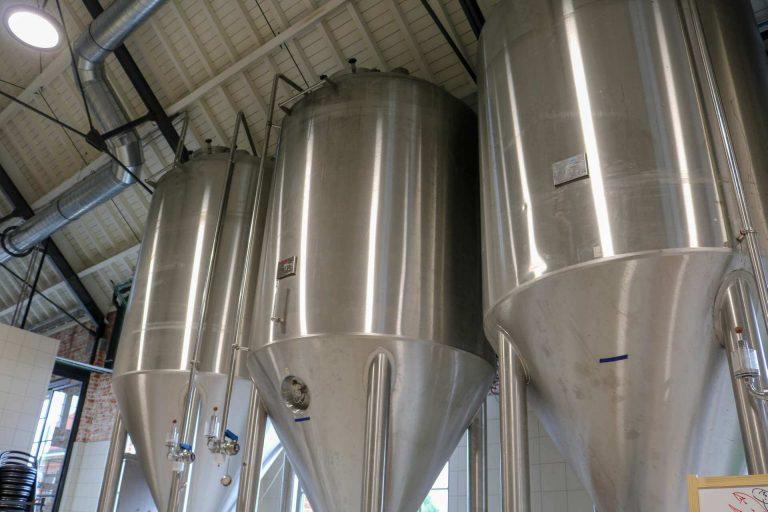 Tanks voor het gisting proces in de brouwerij